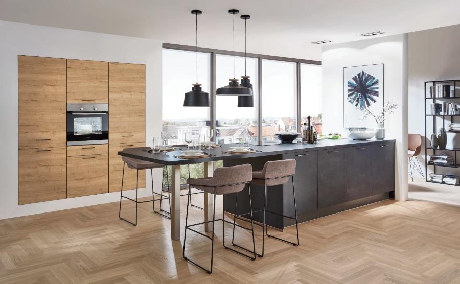 Zwarte keuken met houten kastenwand