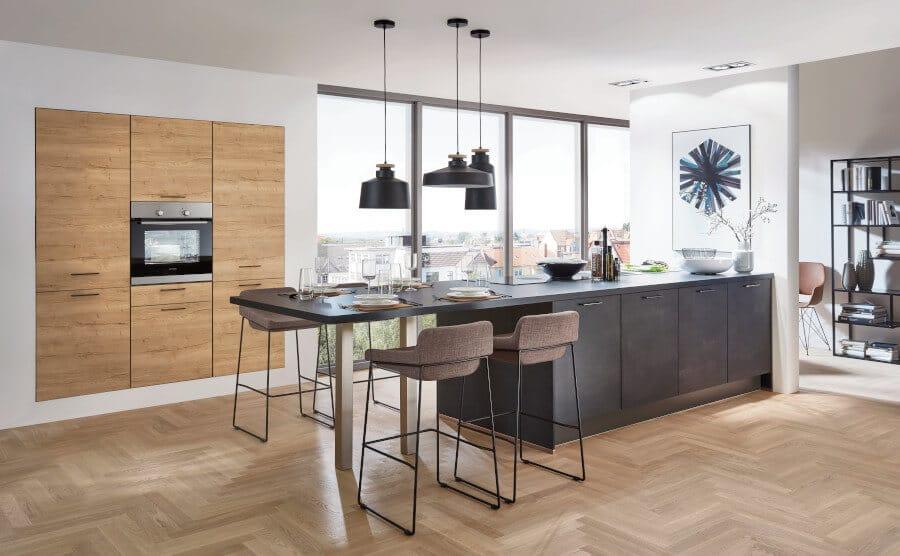 Betonlook keuken met hout en bar