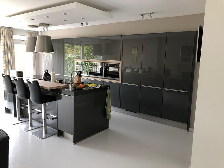 Donkere keuken geplaatst