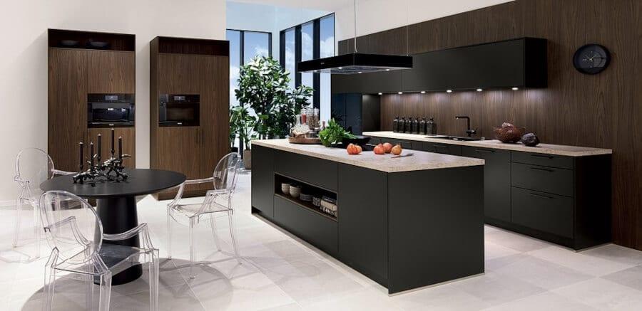 Donkere keuken met zwart kookeiland