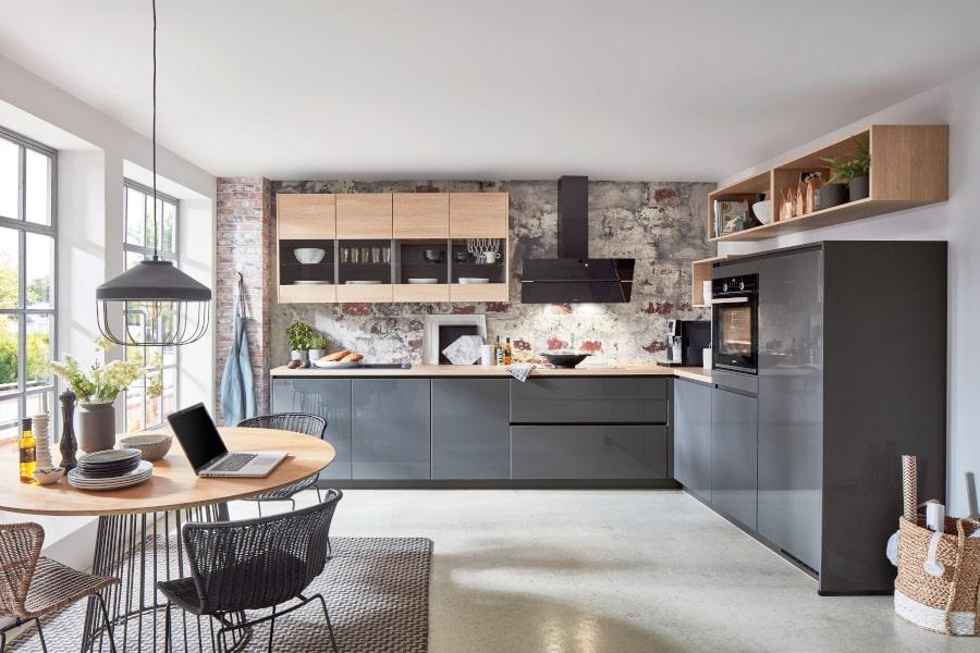 Greeploze grijze keuken met hout
