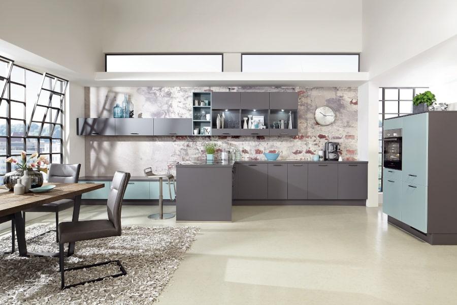 Grijze keuken met blauwe kastenwand