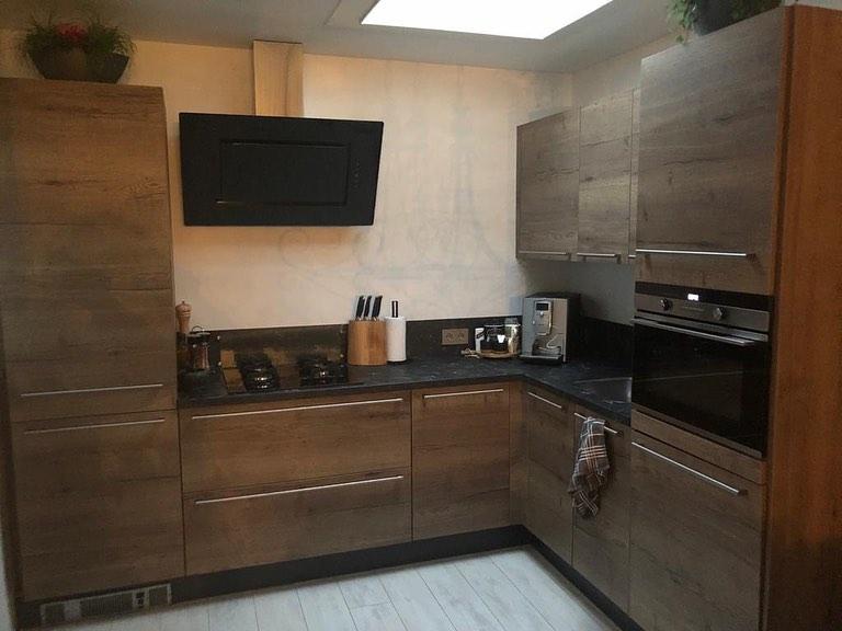 Houten keuken met greep en donker blad