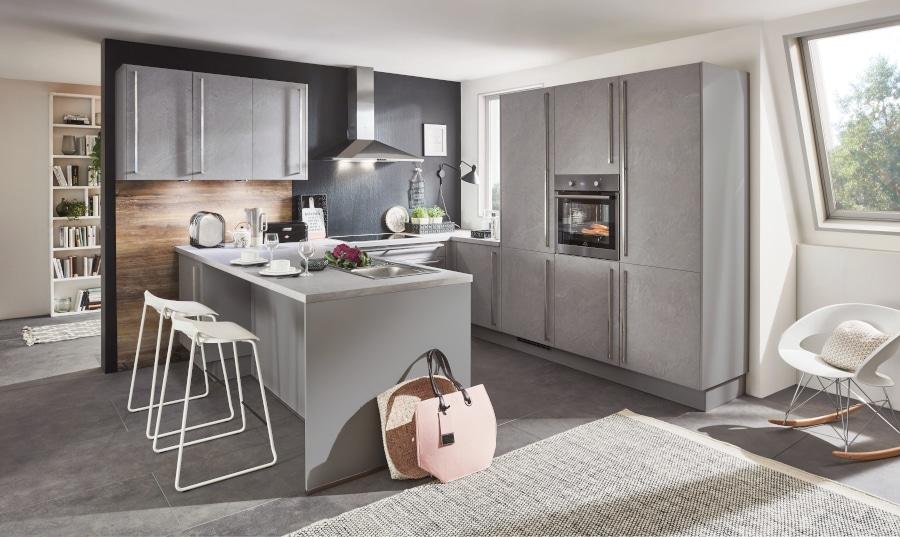 Grijze betonlook keuken met schiereiland