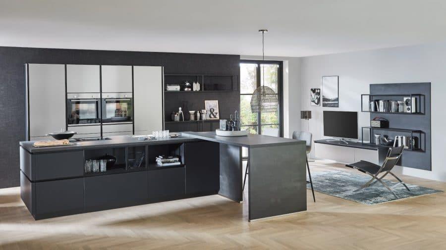 zwarte keuken met kastenwand en eiland gehrde