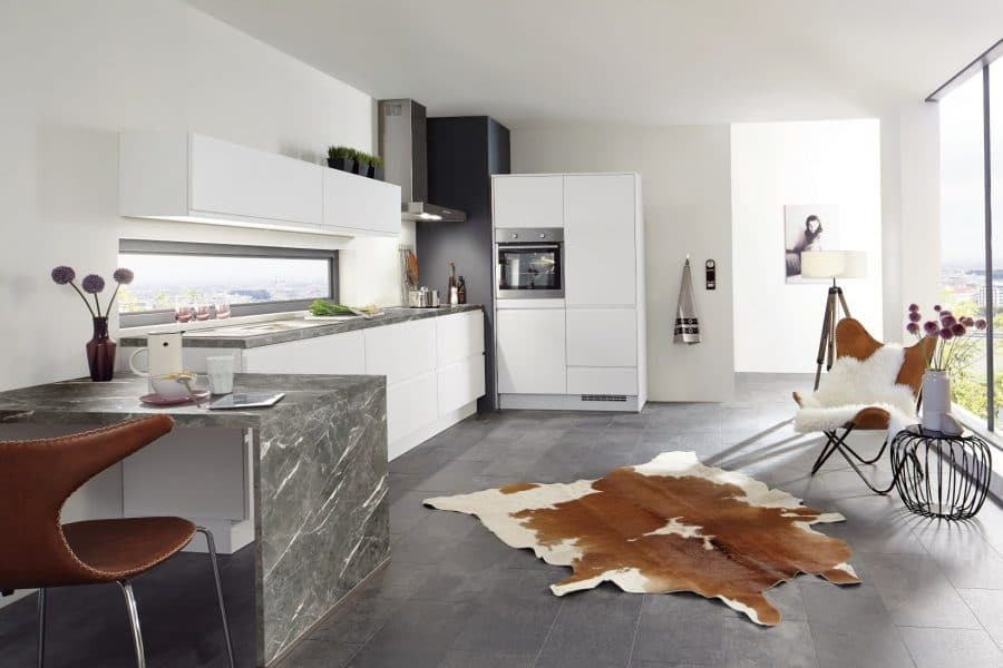 witte greeploze keuken met marmer blad lastrup
