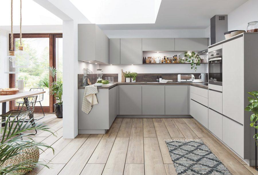 grijze u keuken met houtlook werkblad