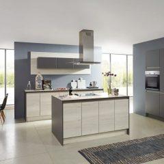 licht houten keuken met grijze kastenwand walsrode