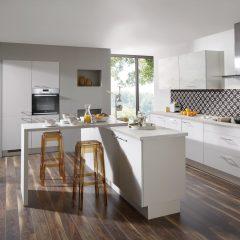 witte keuken met eiland en bar westerstede