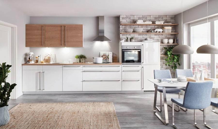 Lange rechte keuken met hout
