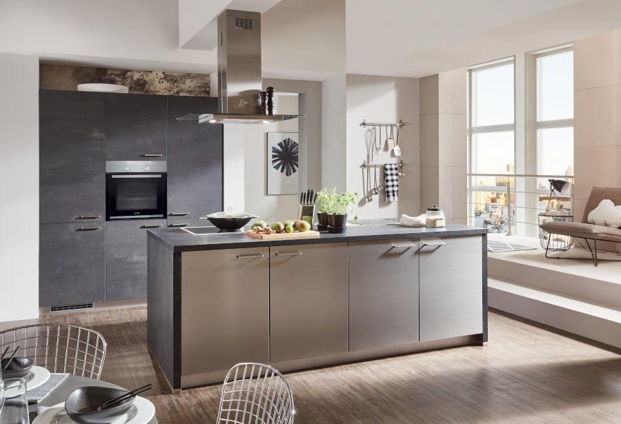 Luxe betonlook keuken met chroom