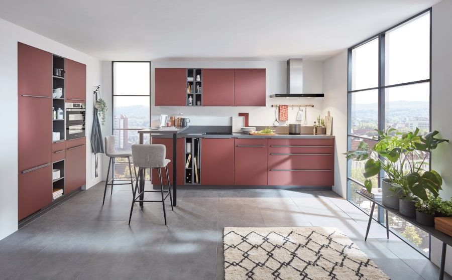 Mat rode keuken met kastenwand