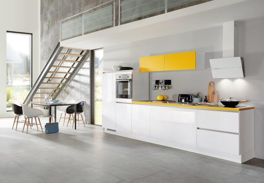 Rechte witte keuken met geel blad