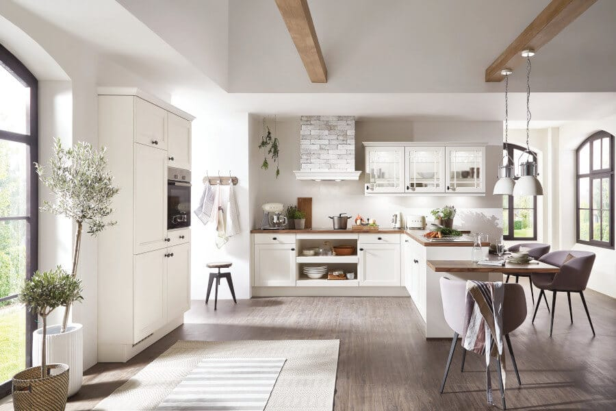 Tijdloze witte keuken met bar
