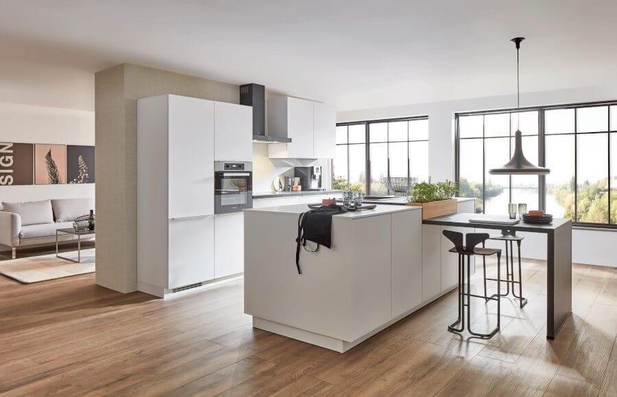 Witte greeploze keuken met bar
