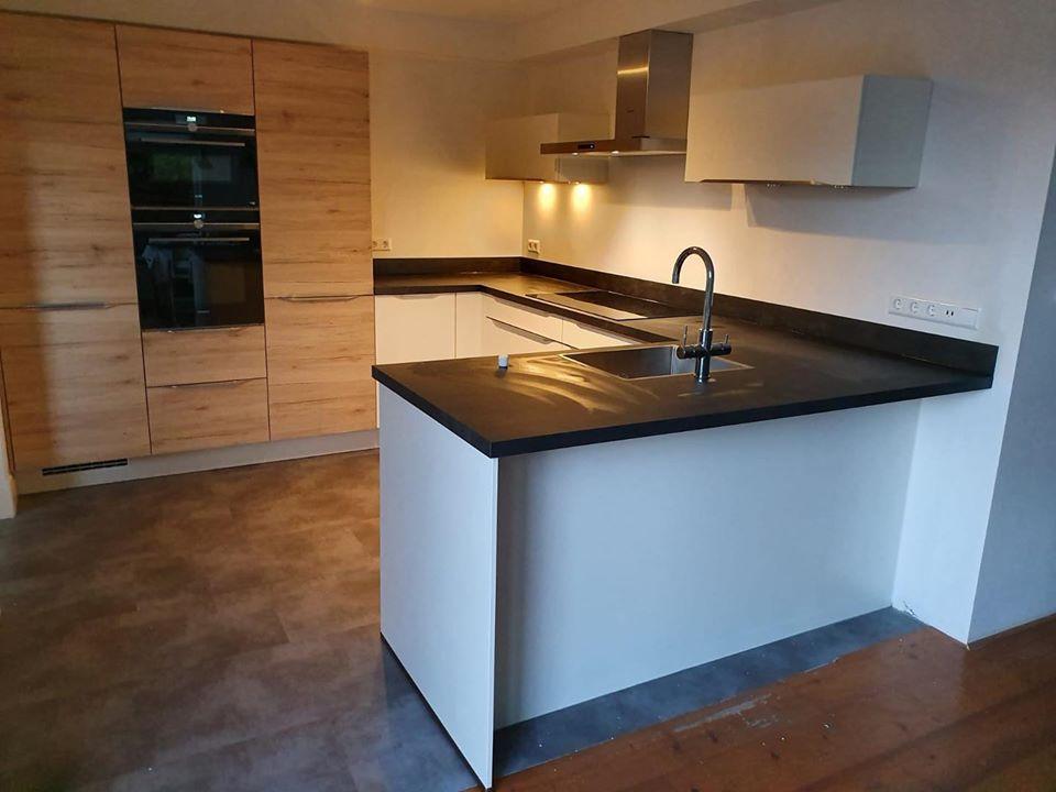 Witte keuken met hout geplaatst