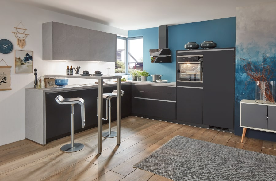 Zwarte keuken met grijs werkblad
