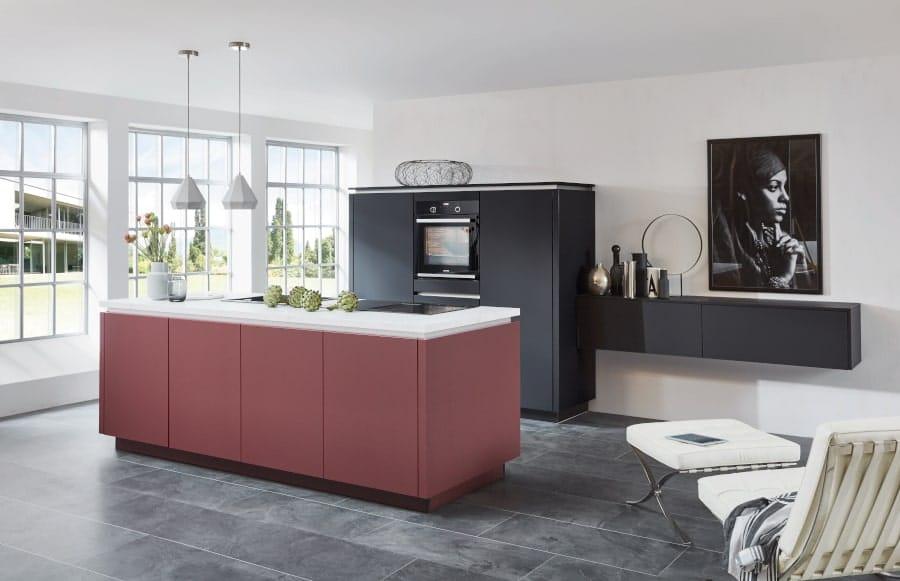 Zwarte keuken met rood eiland