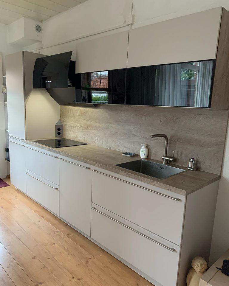 grijze keuken met grijs houtlook blad en achterwand