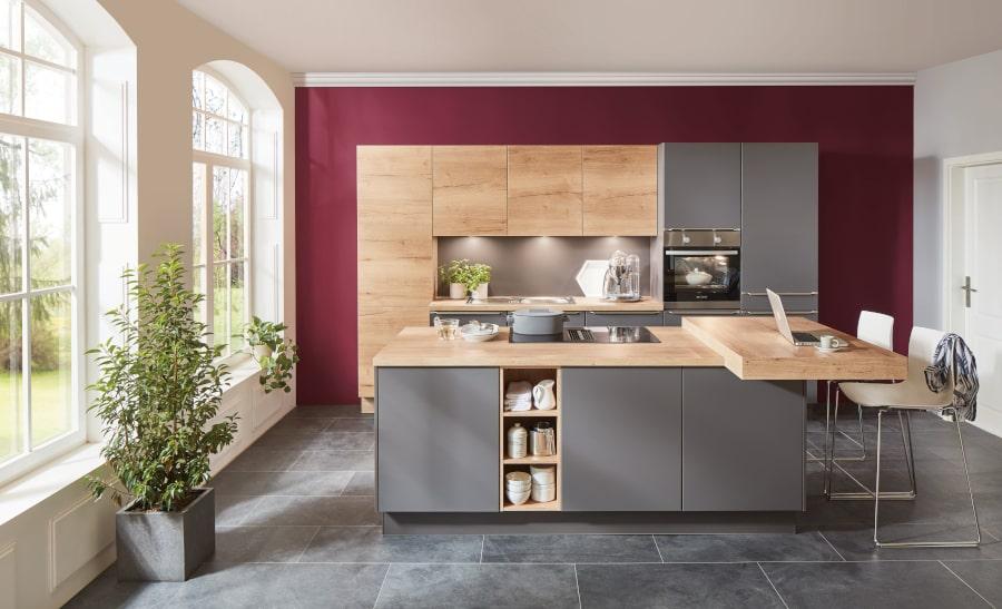 grijze keuken met kookeiland en hout