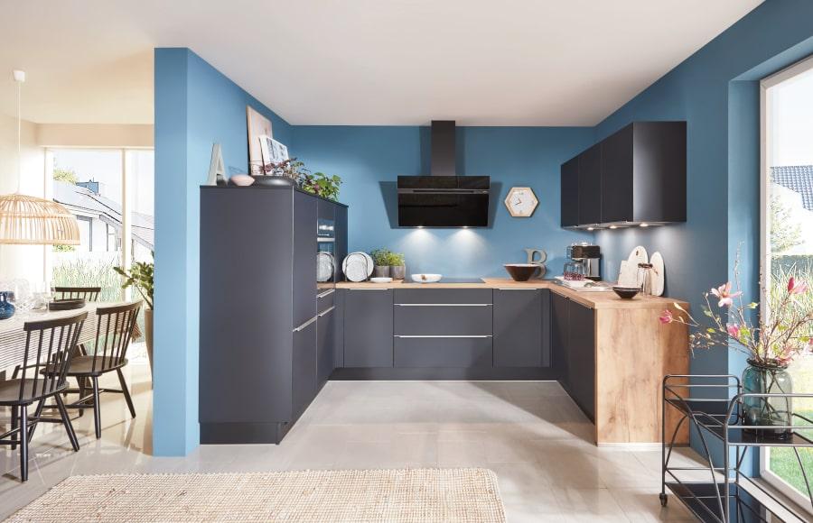 zwarte u keuken met hout